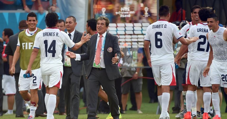 Técnico Jorge Luis Pinto cumprimenta os jogadores da Costa Rica após o término da partida contra Itália
