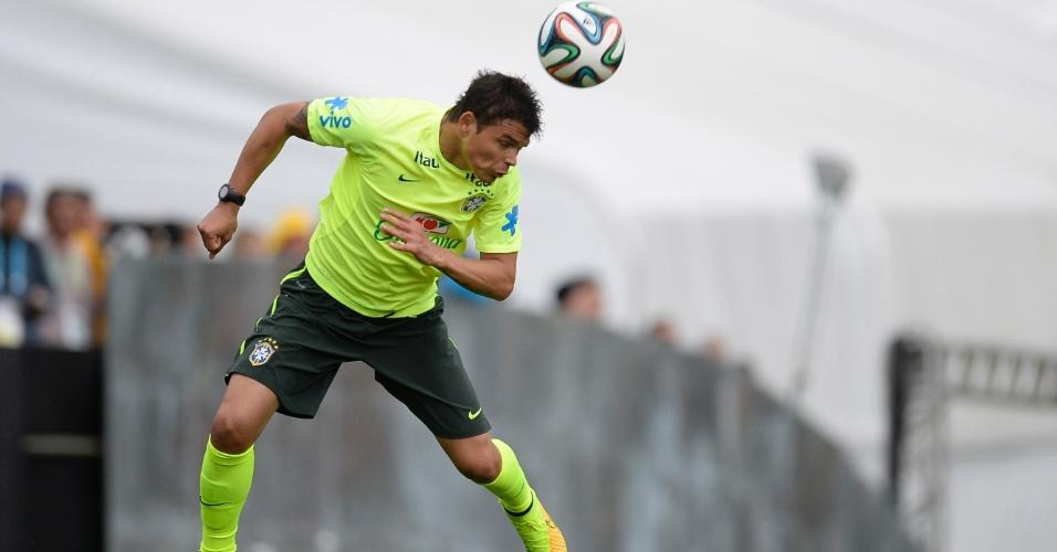 Thiago Silva salta para fazer cabeceio em treino, na Granja Comary