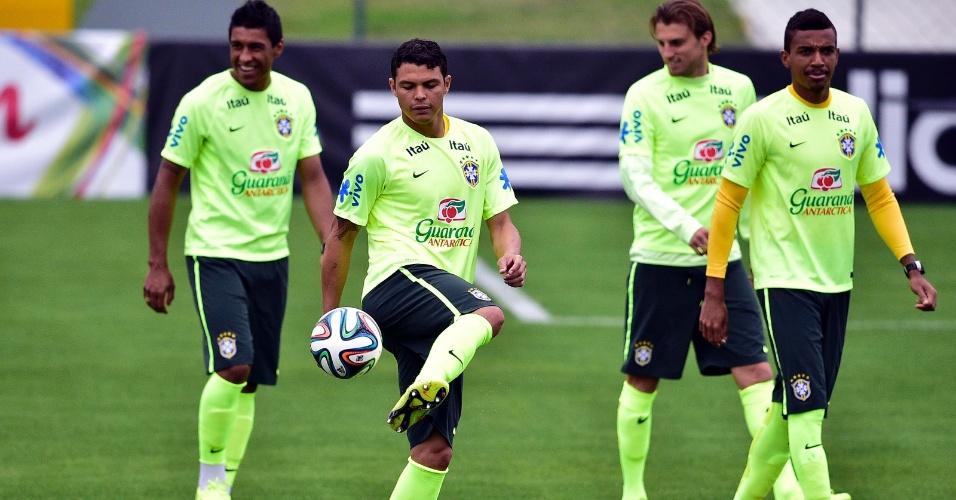 Thiago Silva tenta domínio de bola no treinamento da seleção brasileira desta sexta-feira