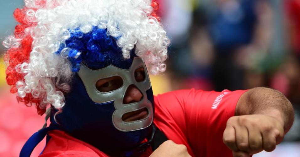 Torcedor da Costa Rica usa fantasia para torcer por sua seleção contra a Itália na Arena Pernambuco