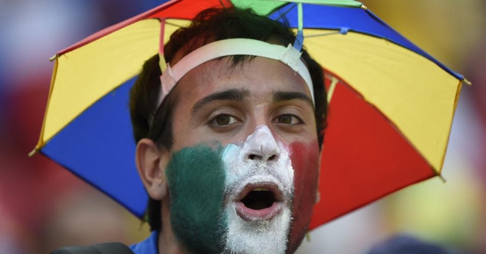 Torcedor da Itália pinta o rosto de usa chapéu de guarda-chuva na Arena Pernambuco