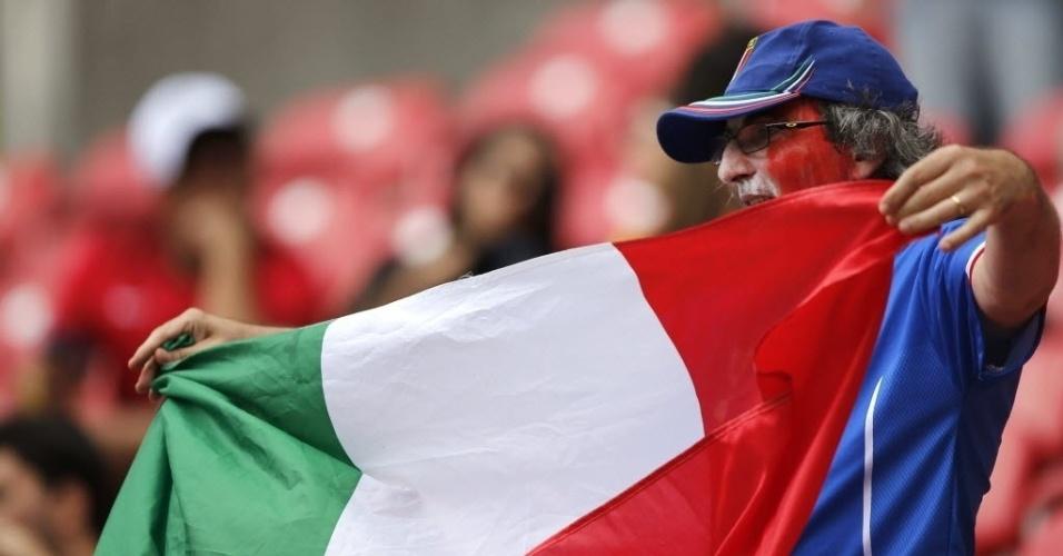 Torcedor italiano exibe bandeira dentro da Arena Pernambuco pouco antes da partida contra a Costa Rica
