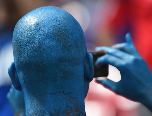 Torcedor pintou a cabeça de azul para acompanhar a partida entre Itália e Costa Rica