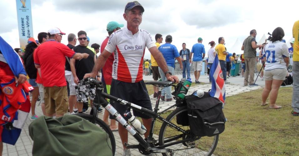 Torcedor viaja de bicicleta da Costa Rica até Pernambuco e tenta conseguir ingresso para jogo contra Itália