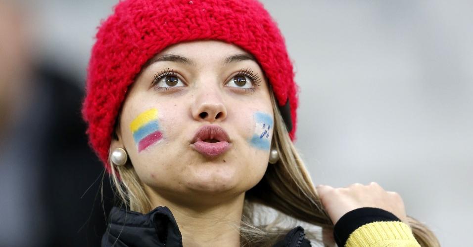 Torcedora assiste ao jogo entre Equador e Honduras, na Arena da Baixada