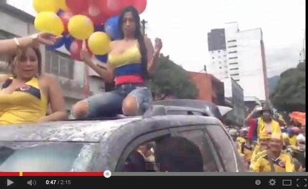 Torcedora da Colômbia se empolga na comemoração em Bogotá