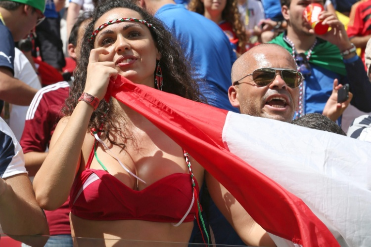 Torcedora da Itália espera o início da partida contra a Costa Rica na Arena Pernambuco