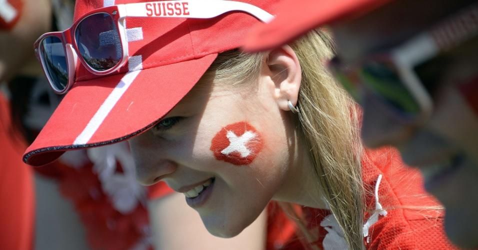 Torcedora da Suíça aguarda o jogo da seleção europeia nesta sexta