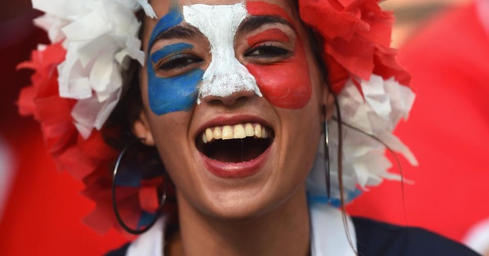 Torcedora francesa comemora goleada em cima da Suíça na Fonte Nova