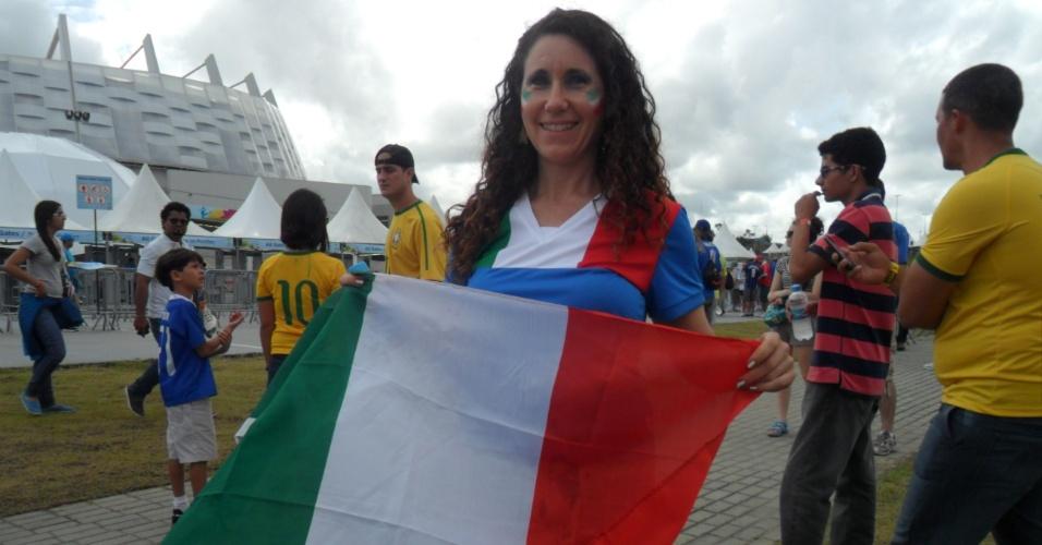 Torcedora italiana pinta o rosto para a partida contra a Costa Rica