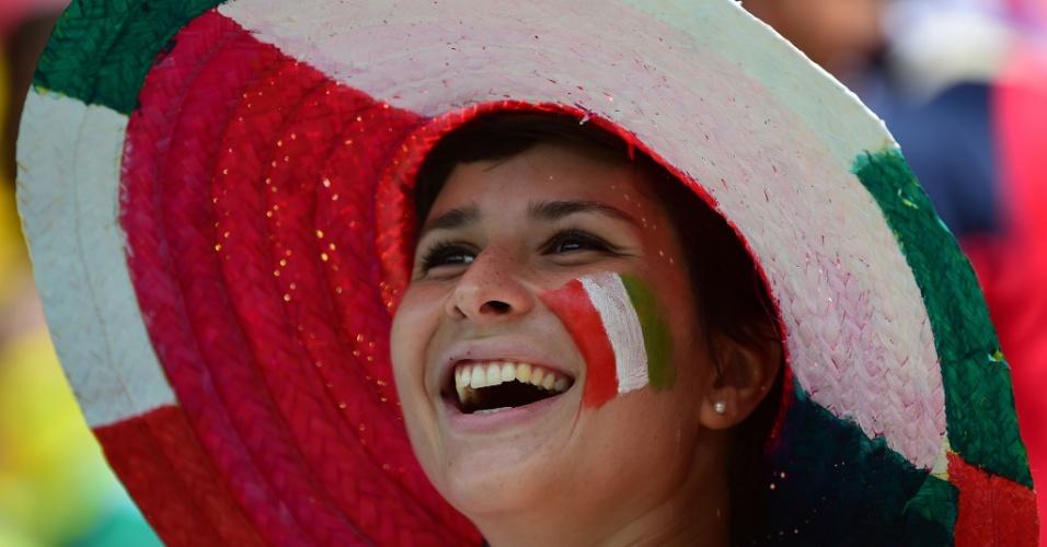 Torcedora italiana sorri antes do início do jogo contra a Costa Rica na Arena Pernambuco