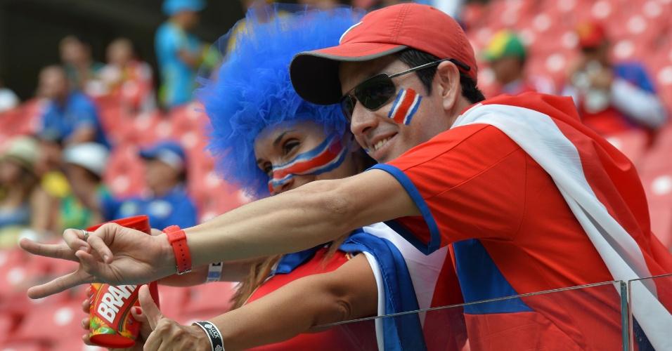 Torcedores da Costa Rica acenam e fazem festa na Arena Pernambuco