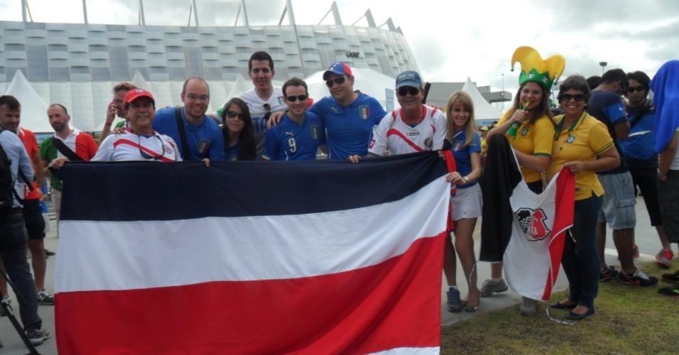 Torcedores de Itália e Costa Rica confraternizam em frente à Arena Pernambuco