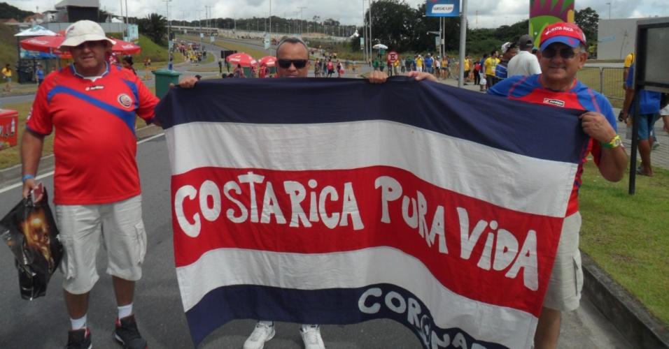 Torcedores da Costa Rica chegam animados à Arena Pernambuco para a partida contra a Itália