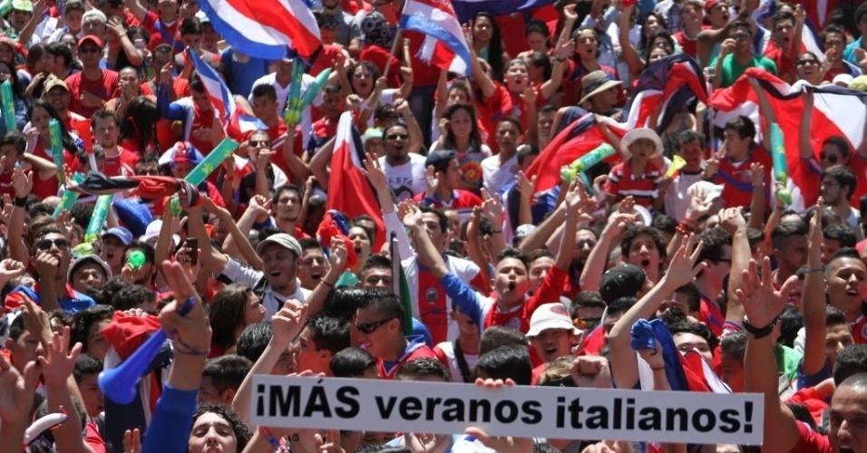 Torcedores da Costa Rica lotam as ruas de San José, capital do país, após vitória sobre a Itália
