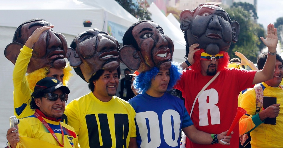 Torcedores equatorianos muito bem fantasiados aguardam o início do jogo contra Honduras no entorno da Arena da Baixada, em Curitiba