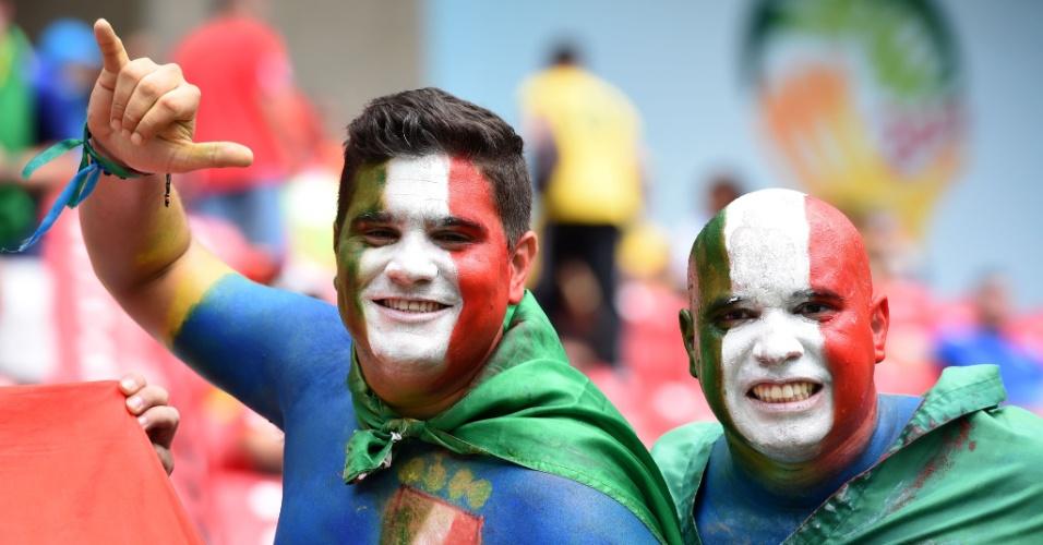 Torcedores exibem corpos pintados com as cores da Itália para a partida contra a Costa Rica