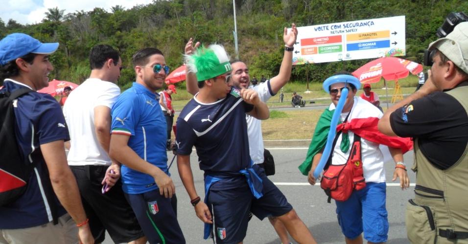 Torcedores italianos fazem festa em frente à Arena Pernambuco antes de jogo contra a Costa Rica