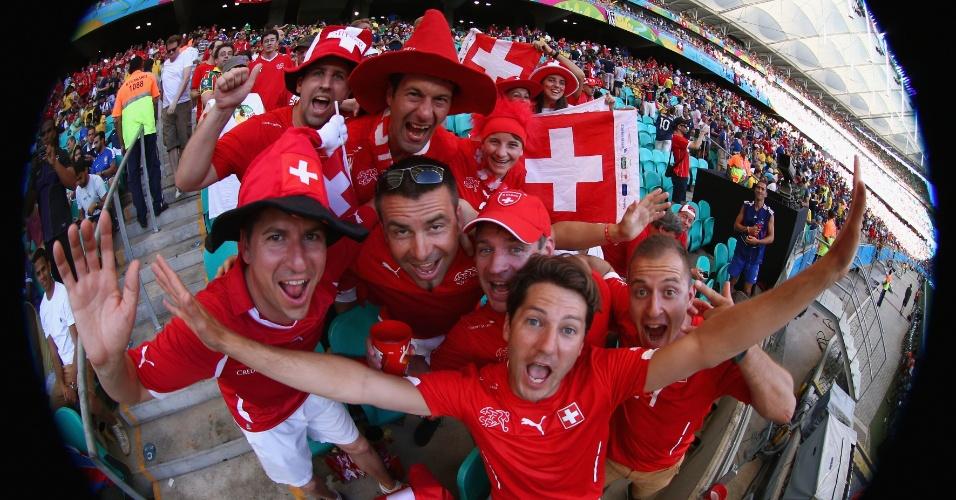 Torcedores suíços fazem festa durante o jogo contra a França, na Fonte Nova