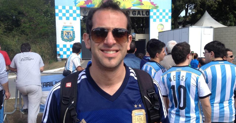 Torcida argentina agita a entrada da Cidade do Galo, onde a seleção treina em Belo Horizonte