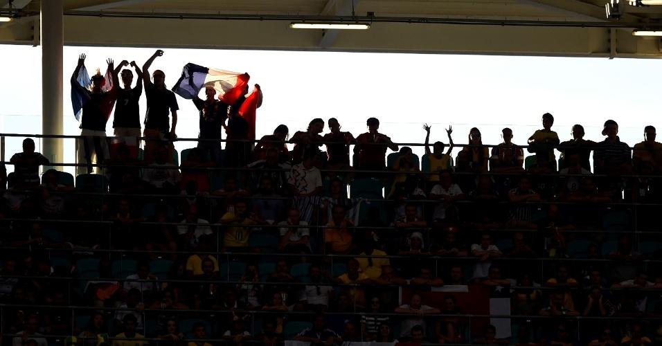 Torcida exibe orgulhosa a bandeira francesa durante a partida contra a Suíça, em Salvador