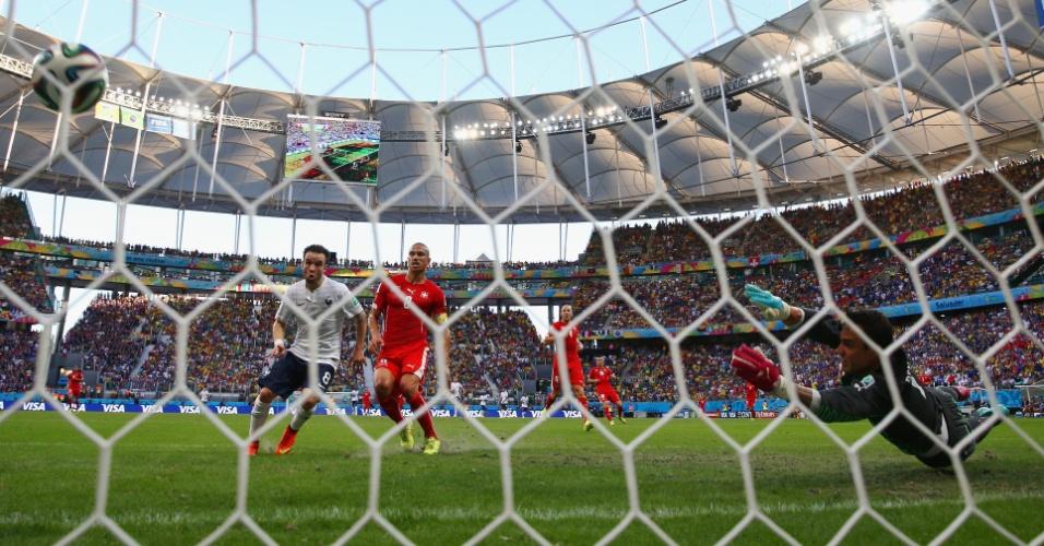 Valbuena aproveita cruzamento e marca o terceiro da França contra a Suíça, na Fonte Nova