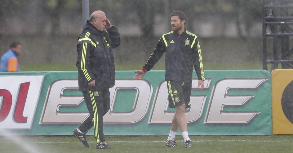 Vicente del Bosque conversa com Xabi Alonso durante treinamento da Espanha. Seleção enfrenta Austrália no dia 23 para cumprir tabela