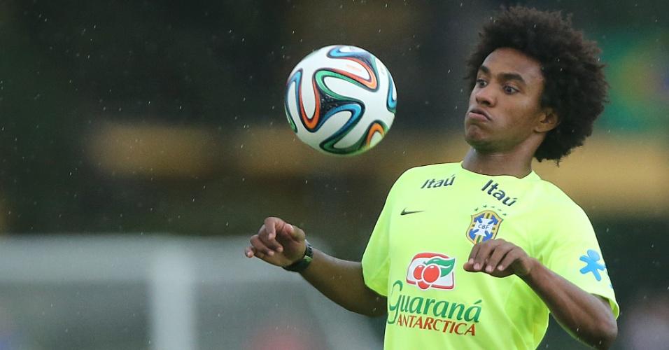 Willian domina bola em treino do Brasil, em Teresópolis