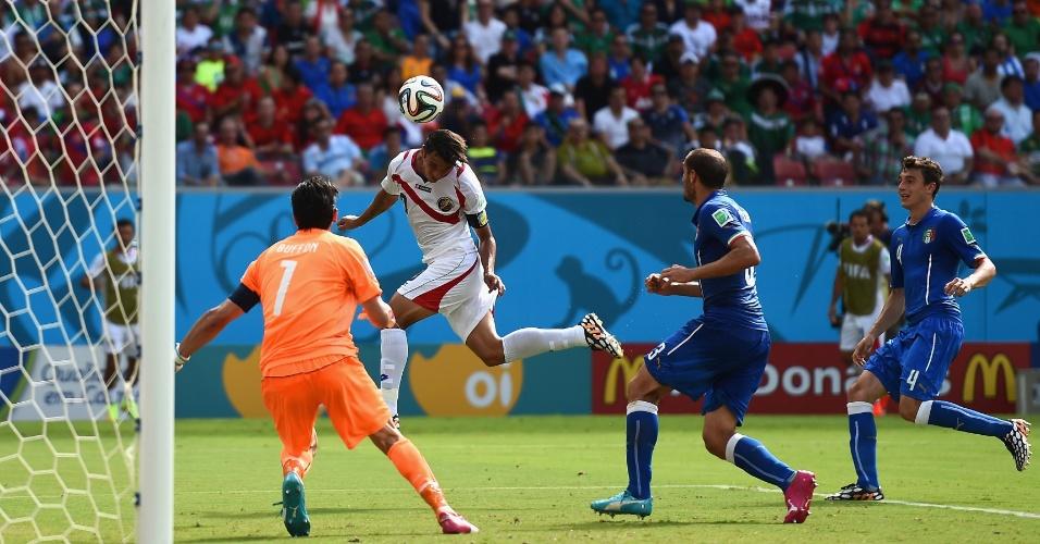 Zagueiros da Itália só ficaram observando o atacante da Costa Rica subir sozinho e marcar