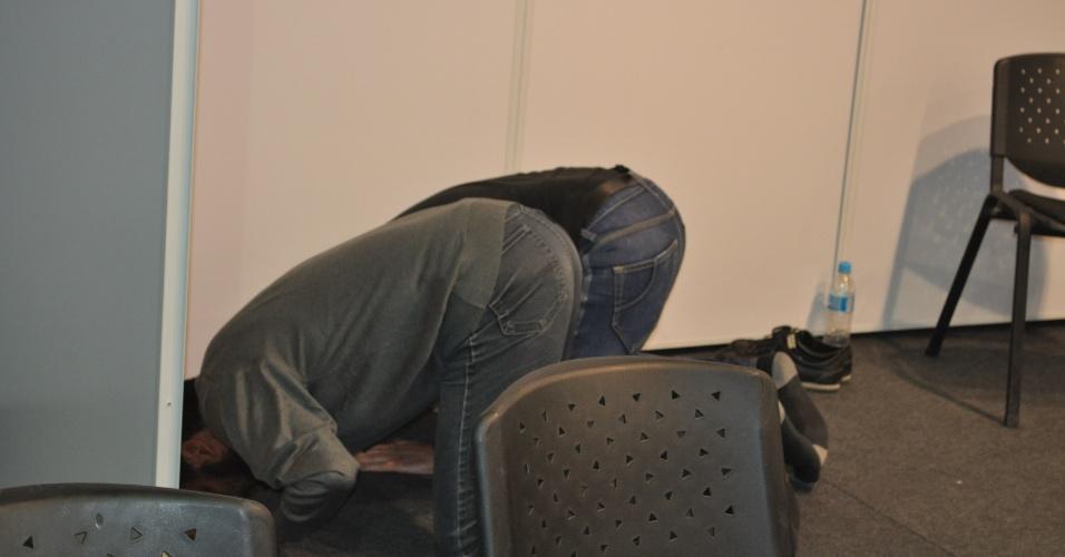 21 jun 2014 - Jornalistas da Argélia rezam durante atividades profissionais em Porto Alegre