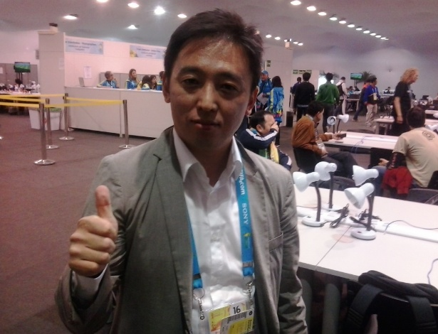 Kim Chong, jornalista de TV sul-coreana, usa o tradutor do google para tentar comunicação