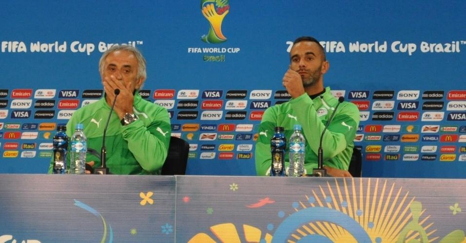 21 jun 2014 - Técnico da Argélia, Vahid Halilhodzic, e o terceiro goleiro, Cedric Si Mahamed, concedem entrevista