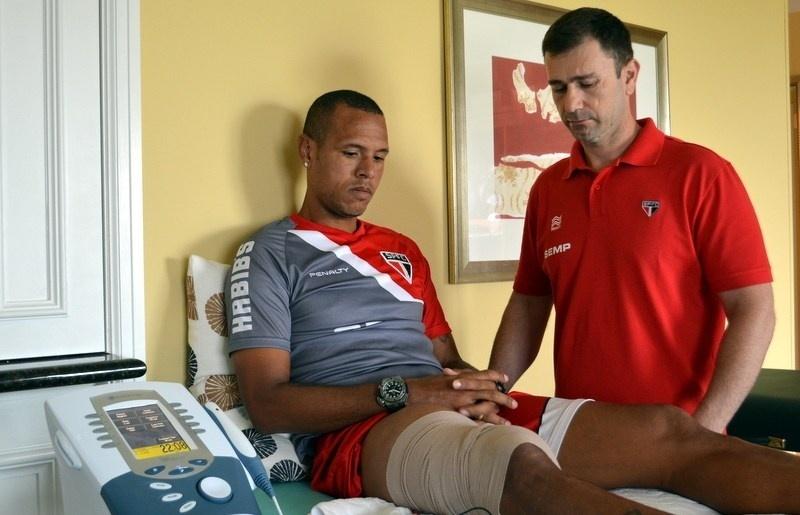 21.jun.2014 - O atacante Luis Fabiano faz tratamento para lesão no músculo posterior da coxa direita