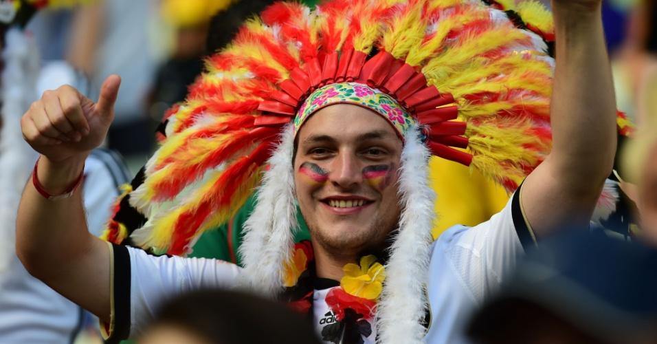 21.jun.2014 - Torcedor alemão ostenta um vasto cocar durante jogo contra Gana, no Castelão