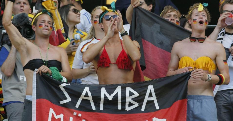 21.jun.2014 - Torcedores da Alemanha deixam a vergonha de lado, usam tops antes da partida contra Gana e pedem para o jogador Müller cair no samba