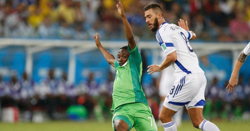 Ahmed Musa, da Nigéria, recebe falta de Haris Medunjanin, da Bósnia, durante jogo na Arena Pantanal