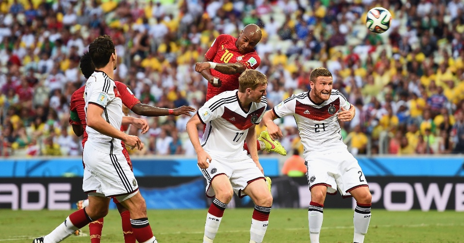 21.jun.2014 - Andre Ayew, de Gana, escora de cabeça e empata a partida contra a Alemanha. O jogo terminou 2 a 2 no Castelão