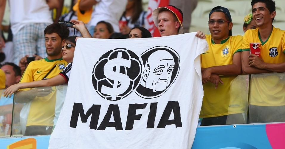 21.jun.2014 - Antes do jogo entre Alemanha e Gana no Castelão, torcedor segura faixa em protesto à Fifa