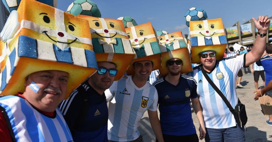 Argentinos com capacete personalizado antes de entrarem no Mineirão para o jogo contra o Irã