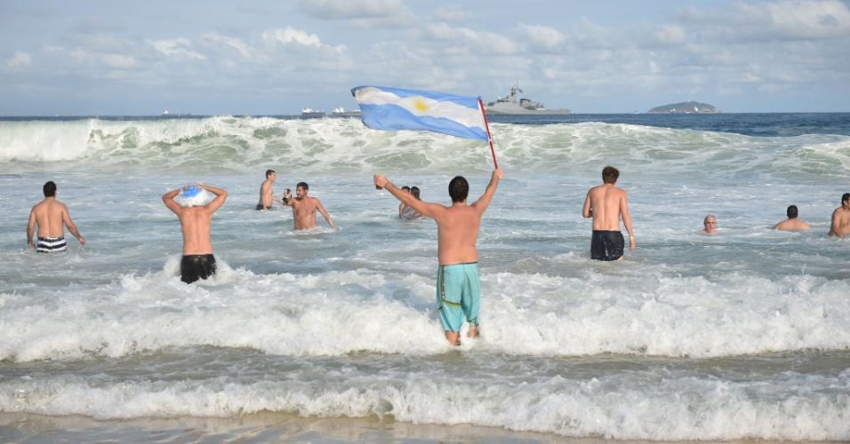 Argentinos entram no mar de Copacabana após uma sofrida vitória contra o Irã por 1 a 0