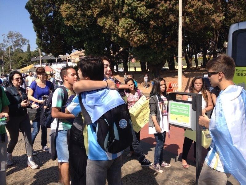 Argentinos ganham 'abraços grátis' ao chegarem ao Mineirão para o jogo contra o Irã
