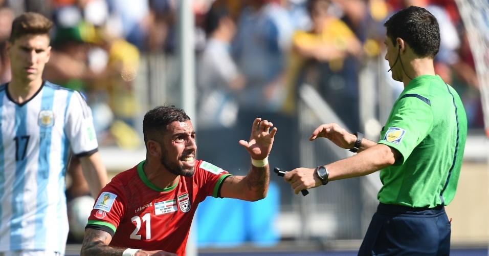 Ashkan Dejagah reclama com o árbitro a não marcação de um pênalti para o Irã