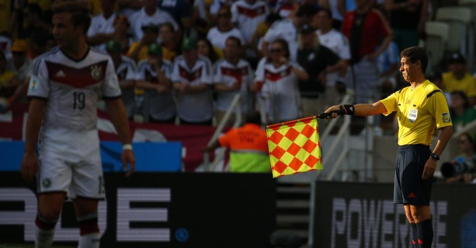 21.jun.2014 - Auxiliar brasileiro Marcelo Van Gasse assinala lance irregular durante a partida entre Alemanha e Gana, no Castelão