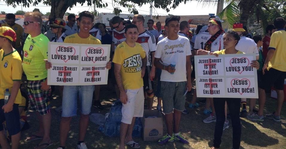 21.jun.2014 - Cartazes exibem mensagens religiosas nos arredores do Castelão