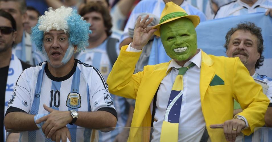 Cercado por argentinos, o Máskara deu o ar da graça no Mineirão. Será que ele teve coragem de torcer para o Irã?