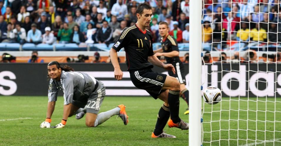 Com facilidade, Klose faz gol na vitória da Alemanha sobre a Argentina nas quartas de final da Copa do Mundo de 2010