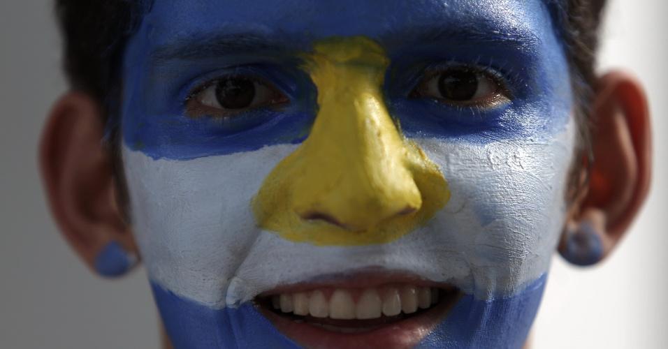 Com rosto pintado, torcedor argentino chega ao Mineirão para o jogo contra o Irã