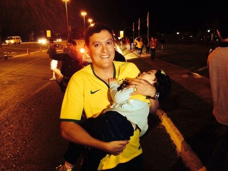 Criança cai no sono na espera pela passagem da seleção brasileira em Brasília