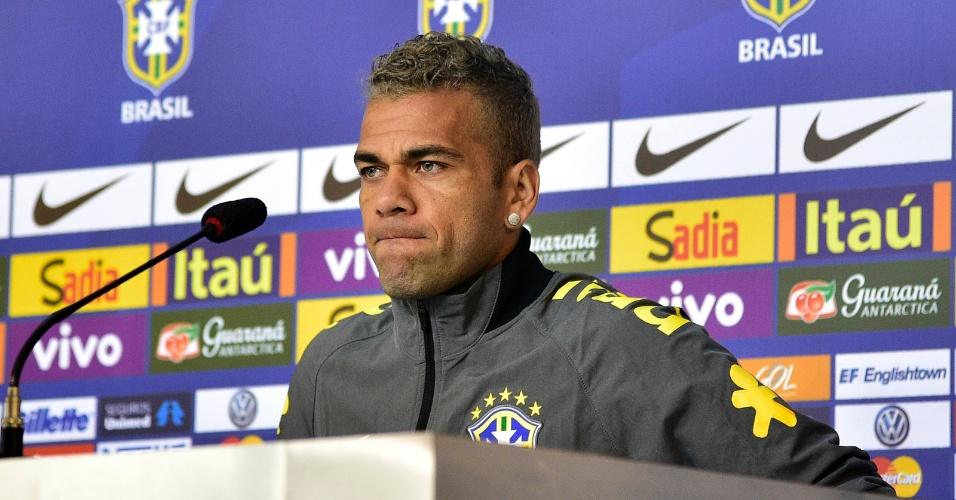 Daniel Alves mostrou irritação ao comentar críticas de Fred feitas por um ex-jogador inglês