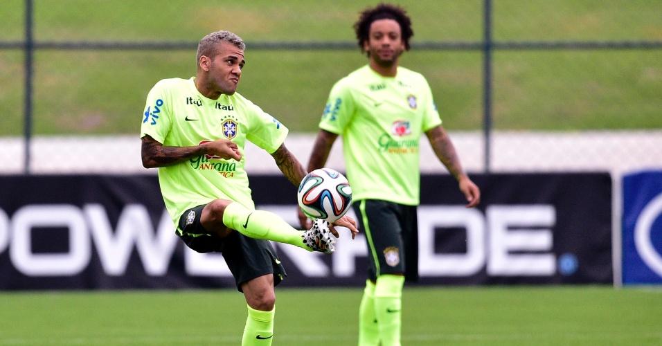Daniel Alves treina com a seleção neste sábado (21.06)